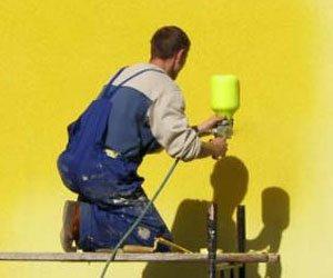 Использование краскопульта или распылителя значительно позволяет сократить расход