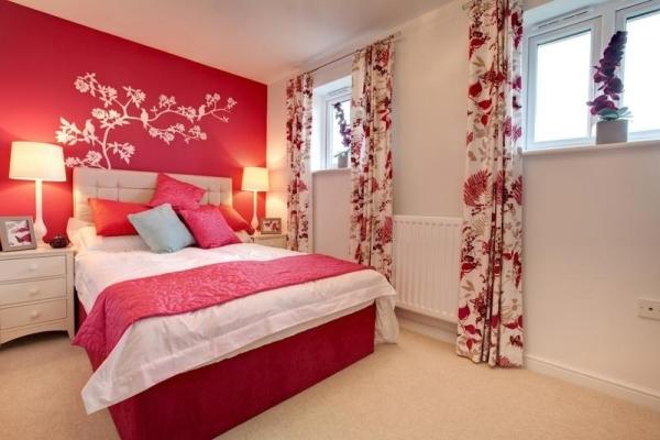 Использование красных обоев в спальне