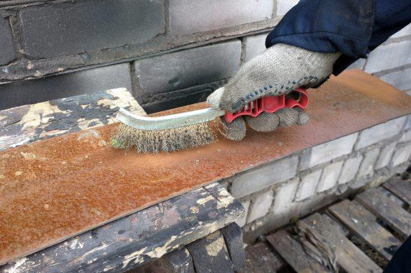 Использование металлической щётки для удаления ржавчины