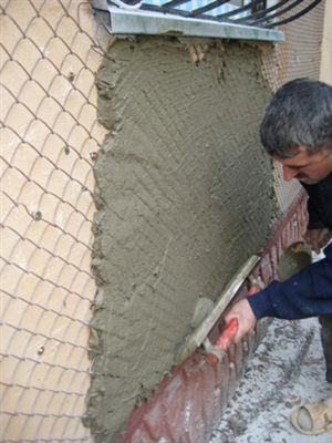 Использование металлической сетки поможет укрепить штукатурку на поверхности