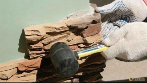 Использование резинового молотка для выравнивания облицовочного камня