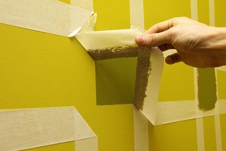 Используя малярный скотч и колеруя краску несколькими пигментами, можно создать узоры на стенах.