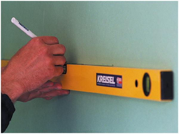 Используйте строительный уровень для разметки стен