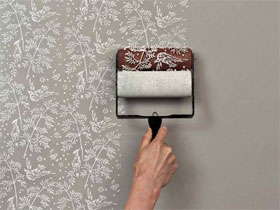 Изготовление специального рисунка при помощи фактурного валика, чтобы придать поверхности эффект обоев
