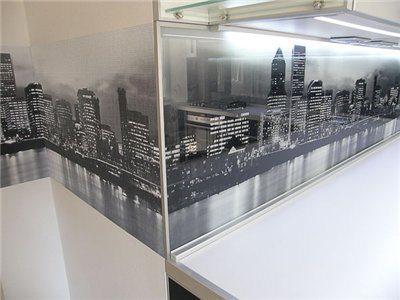 Изображение нанесено на тыльную поверхность стеклянного фартука.