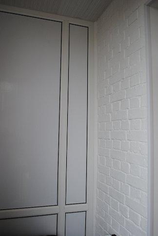 Известь применяется не только по фасадам. Здесь ей побелен участок кирпичной стены на балконе многоэтажки.