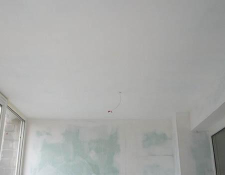 Качественно зашпаклёванный бетонный потолок
