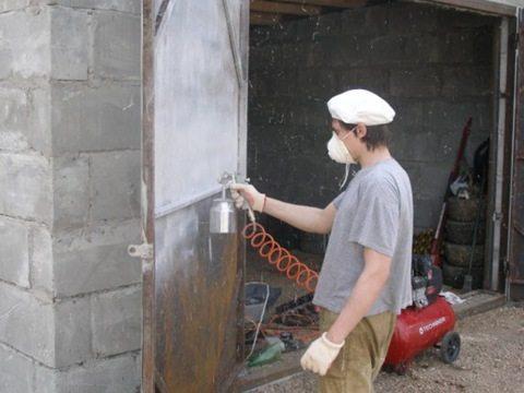 Как покрасить металлические ворота пульверизатором