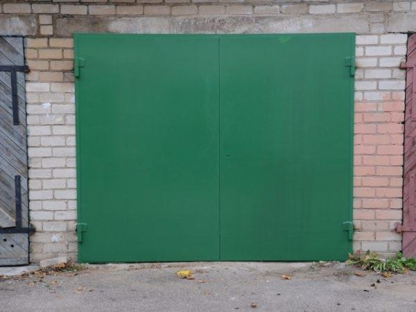 Как видно на фото, отделка ворот краской заметно облагораживает общий вид постройки.