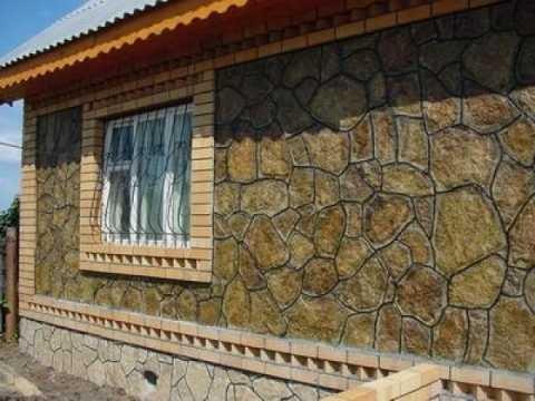 Камень можно использовать как для отделки всего фасада, так и только для цоколя