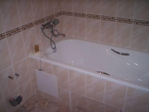 Керамика на стенах ванной