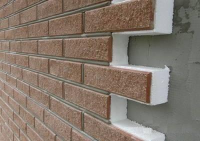 Керамогранитная секция с утепляющим слоем из пенопласта устанавливается сразу на бетонную стену