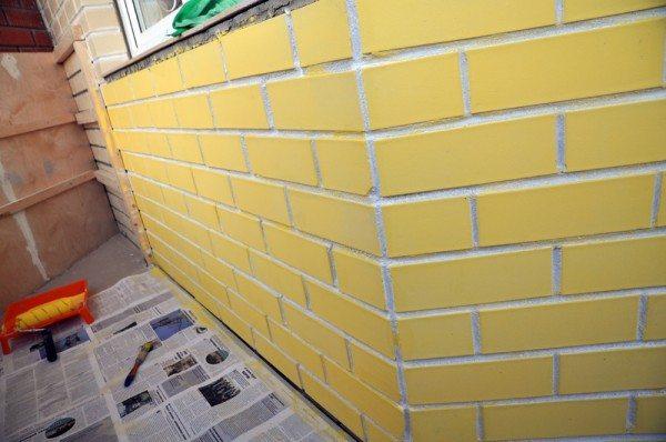 Кирпич и швы на стене разного цвета