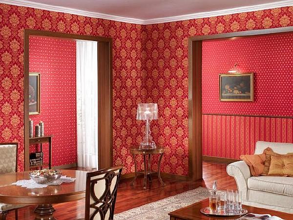Классическая гостиная с красными обоями
