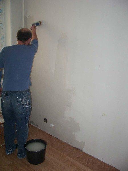 Клей наносим на стену.