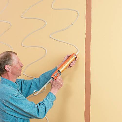 Клей наносится не сплошным слоем, а точечно или полосами.