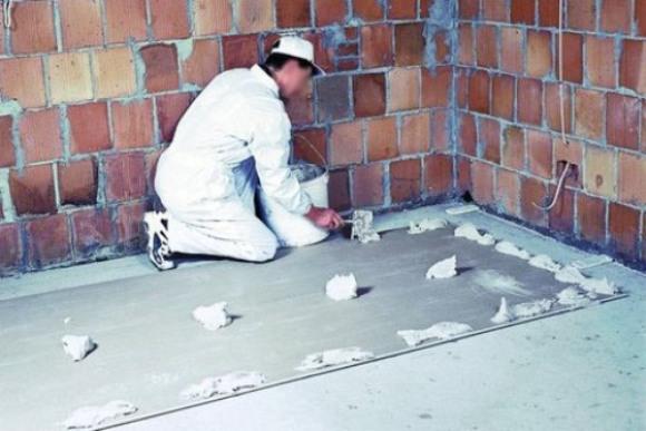 Клей наносят точечно и прижимают деталь к стене.
