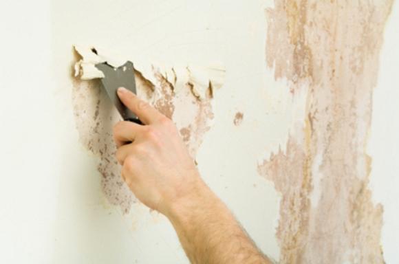Когда поверхность стен сыпется, ее нужно укреплять