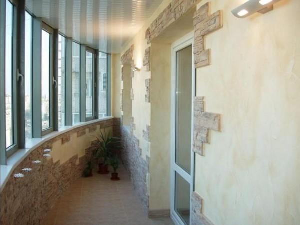 Комбинированное оформление интерьера балкона с применением декоративной штукатурки и искусственного камня.