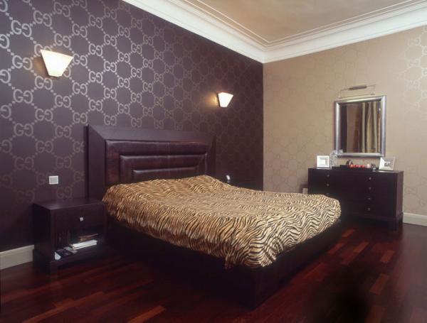 Комбинируем обои в спальне с помощью разных стен