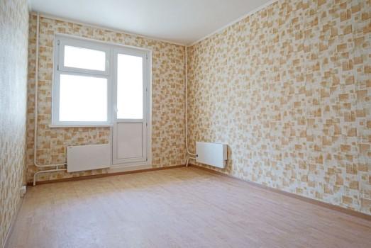 Комната с бюджетной декоративной облицовкой