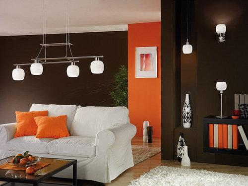 Контрастные элементы принято дублировать предметами декора и мебели.