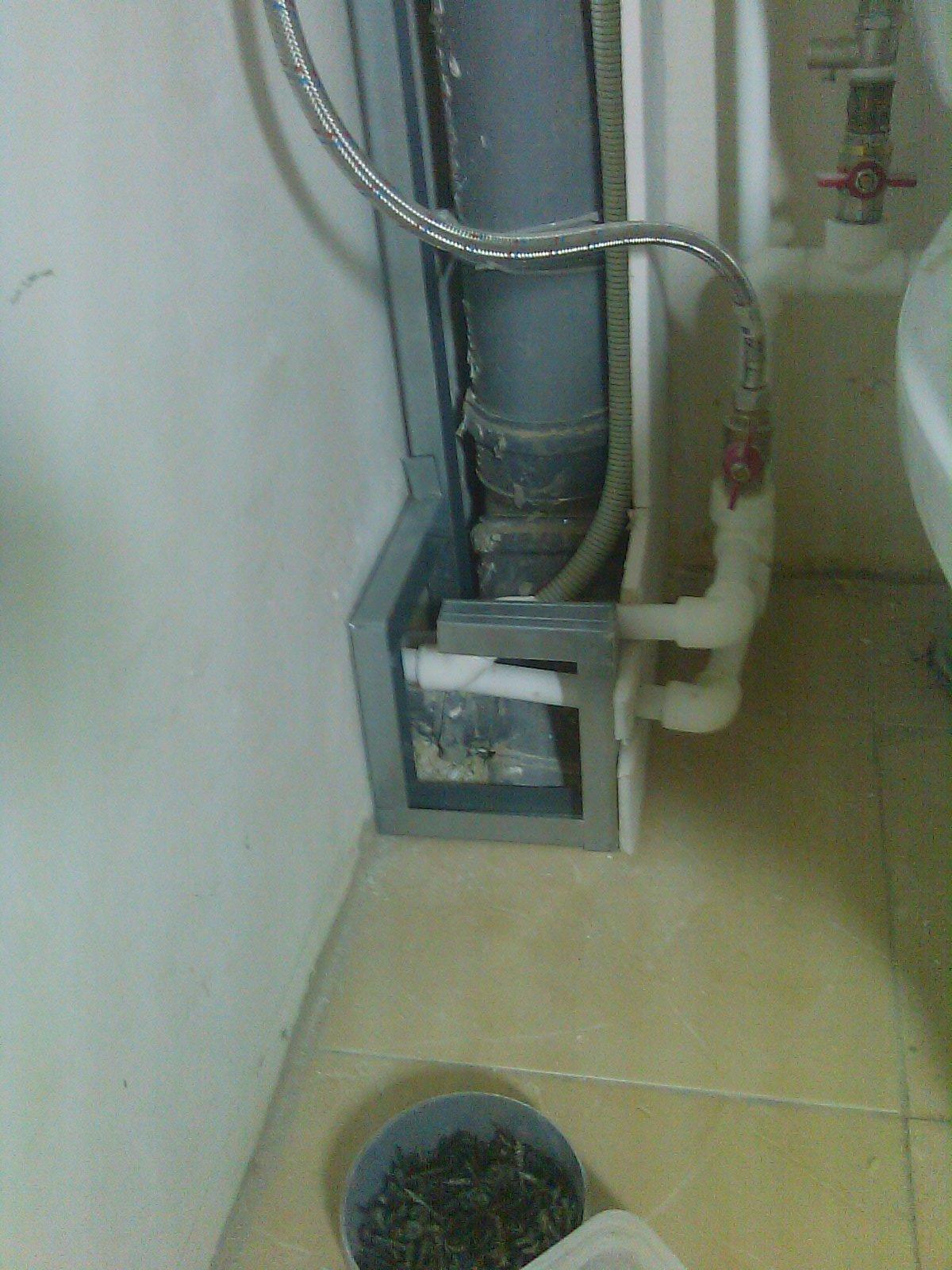 Короб для труб воды и канализации.