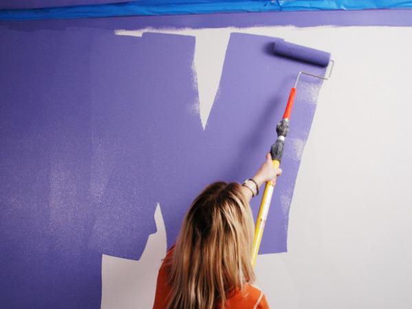 Красить стены в комнате можно своими силами.