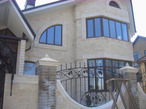 Красивый фасад, облицованный дагестанским камнем: внушительный вид строения.