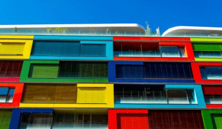 Краска для фасада по бетону может значительно преобразить внешний вид здания – плюс или минус такой вид, как на фото, это уже другой вопрос