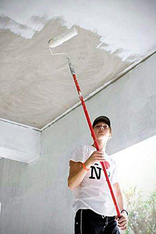 окраска потолка латексной краской