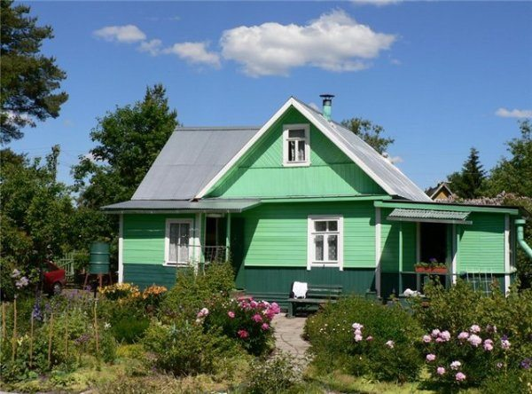 Краски оживляют фасад и вносят в общий вид дома элемент новизны.