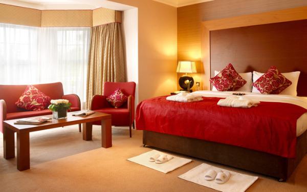 Красная мебель и светлые стены в квартире