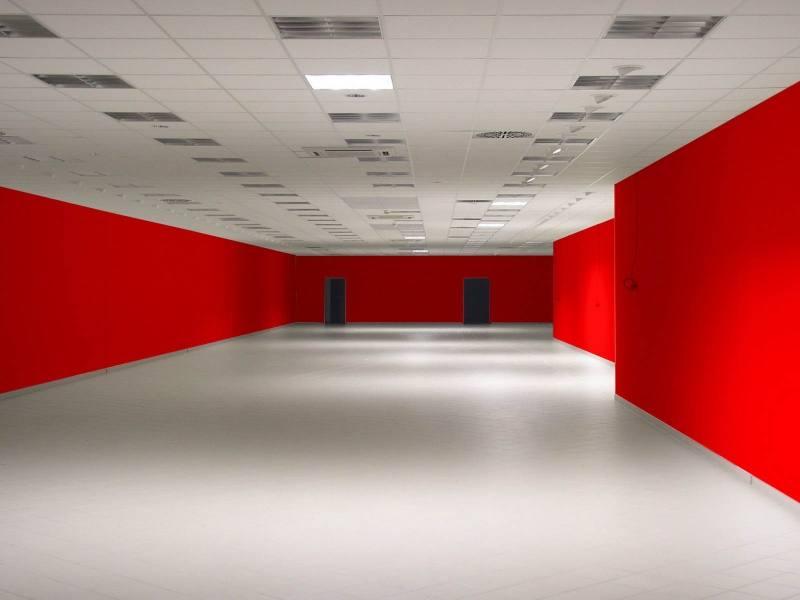 Красные стены в интерьере помещения