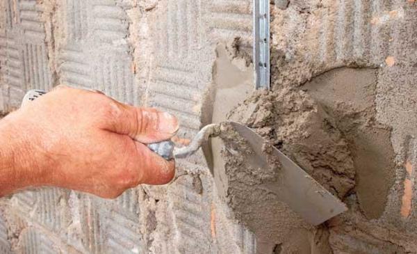 Крепить маяки можно, как саморезами через поставляемый крепеж, так и с помощью цементного раствора, что часто и делают опытные мастера