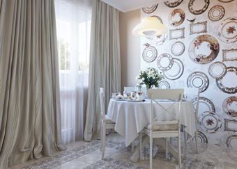 Круги, стилизованные под тарелки, отличный вариант именно для кухни