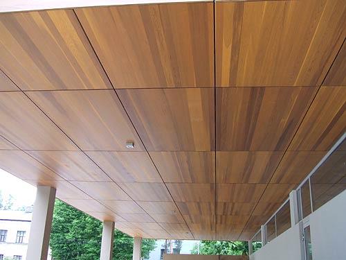Квадратные панели подчеркивают строгость помещения или здания