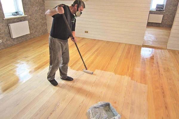 Лак позволяет придать полу определенный оттенок и выгодно подчеркнуть природную красоту древесины