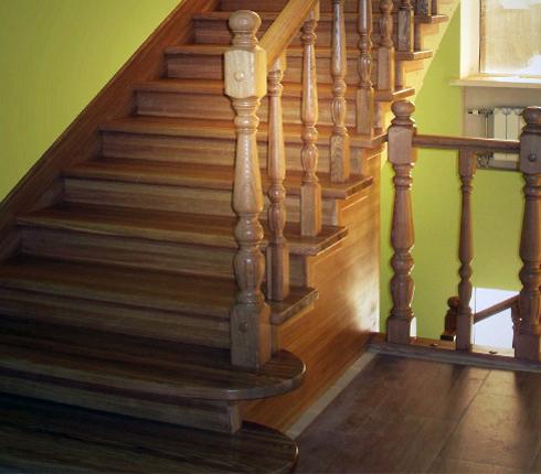 Лестничный пролёт и покрытие ступеней выполнены из древесины