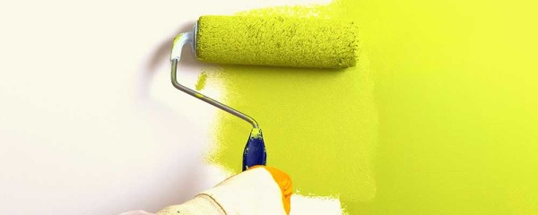 Лучше использовать валик с ворсом средней длины. Он наберет достаточно краски, но не будет капать в процессе работы.