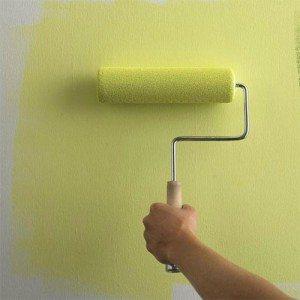 Лучше вначале покрыть небольшой кусок стены, примерно 0,5м2, и после его высыхания убедиться, что цвет равномерный