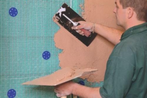Лучше всего материал наносить на поверхность с сеткой для армирования