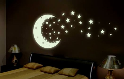 Луна светит над кроватью, настраивая на сон.