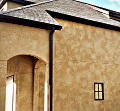 Любительское фото фасада здания, окрашенного фактурным красителем