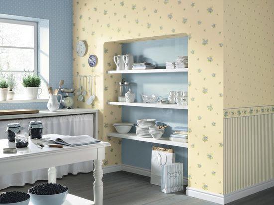 Любительское фото кухни, стены которой покрыты обоями