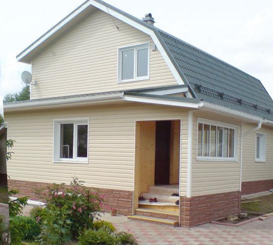 Любительское фото небольшого дома с обшивкой из сайдинга