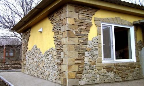 Любительское фото отделки фасада камнем с использованием разных камней