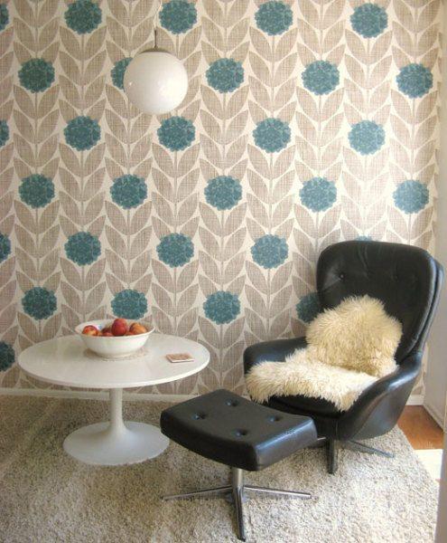 Любительское фото помещения с обоями в ретро стиле