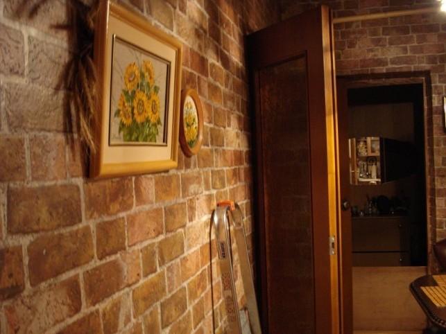 Любительское фото помещения с отделкой подобными обоями