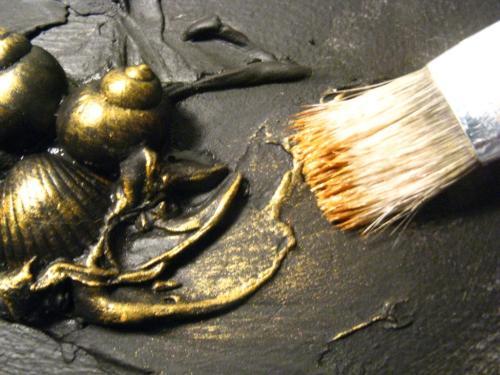Любительское фото, процесса использования золотой краски для создания декоративных предметов интерьера